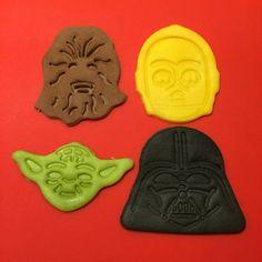 8 figure di Darth Vader, Chewbecca, Yoda e C-3PO (2 di ogni soggetto) ideali per decorare torte e cupcake (per maggiori quantità contattatemi). Realizzati in pasta di zucchero quindi commestibili, senza glutine e senza proteine del latte. Sono alte tra 3 e 4,5 cm e larghe tra 3,5 e 5 cm.