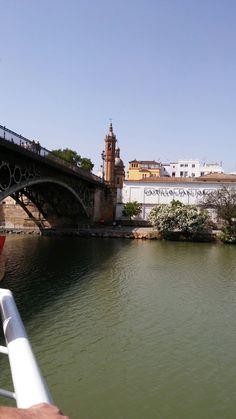 Puente de Triana con vistas a la Capillita 💒 del Carmen y el Castillo de San Jorge Sevilla