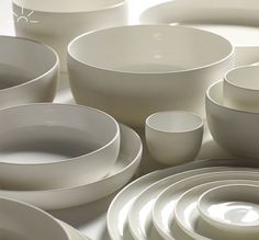White porcelain plates and bowls designed by Piet Boon for Serax on Oates Porcelain Black, Porcelain Tile, China Porcelain, Ceramic Tableware, Ceramic Pottery, Kitchenware, Porcelain Jewelry, Dinnerware Sets, White Ceramics
