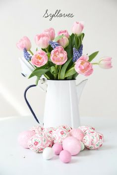 Beautiful pink tulips and easter egg decor. Easter Table, Easter Party, Easter Gift, Easter Decor, Bunny Crafts, Easter Crafts For Kids, Easter Ideas, Hoppy Easter, Easter Eggs