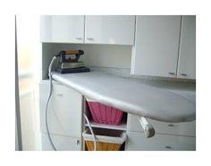 Mueble para guardar la tabla y el centro de planchado. Se puede adaptar el mueble de la cocina.