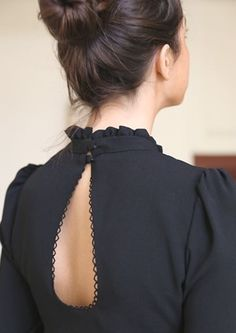 Chemisier Romane - The Right Hair Styles Back Neck Designs, Kurti Neck Designs, Dress Neck Designs, Blouse Designs, Fashion Details, Look Fashion, Fashion Mode, Latest Fashion, Fashion Trends