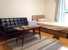 一人暮らしを始め、どのような家具を購入しようかと悩んでいた時に 雑誌でカリモク60の家具を見たことを思い出しました。 そしてお店まで足を運び、実物のKチェアを初めて目にした際は 雑誌で見た以上のかっこ良さと座り心地に一目惚れしたのを覚えています。 デザイン性はもちろん、色・座り心地・日本製と全てが気に入ったこと、 そして大切な物と共に長く時を過ごしたいと考えたことも 購入に至ったポイントです。 その後、実際に自宅で使用して感じたことは、 「最高の家具と出会えた」ということです。 今では仕事が終わりKチェアに腰を下ろし好きな音楽とともに パソコンをすることが毎日の楽しみになりました。 休日はコーヒーを飲みながら素敵な空間でゆっくりするのが 至福の時となっています。 ■Kチェア2シーター スタンダードブラック 57,240円(税込) ■リビングテーブル・小 ウォールナット色 25,920円(税込)カリモク60 オフィシャルショップ   INFO: USER'S VOICEの最近の記事