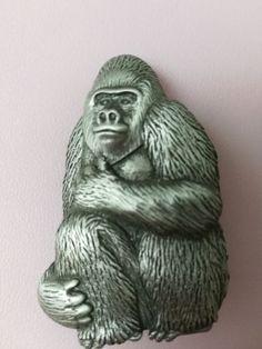 Vintage-Signed-JJ-Jonette-3D-Figural-Gorilla-Brooch-Pin-Ape-Monkey-Pewter-Silver
