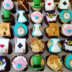Pin by fabiola aguiar on alice no país das maravilhas страна чудес, алиса в Alice In Wonderland Tea Party Birthday, Alice In Wonderland Cakes, Alice Tea Party, Tea Party Theme, Mad Hatter Cake, Mad Hatter Tea, Yummy Cupcakes, Birthday Parties, Pasta