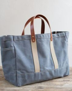 Garden Tote In Wax Canvas & Leather - DIY Tasche Shnittmuster Denim Handbags, Denim Tote Bags, Canvas Tote Bags, Diy Tote Bag, Waxed Canvas, Canvas Leather, Bag Sewing, Sac Week End, Diy Sac