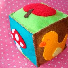 Free Pattern: Felt cube toy for baby idée cadeau naissance Handgemachtes Baby, Felt Baby, Diy Baby, Baby Girls, Baby Crafts, Felt Crafts, Cube Bebe, Twin Baby Gifts, Cube Toy