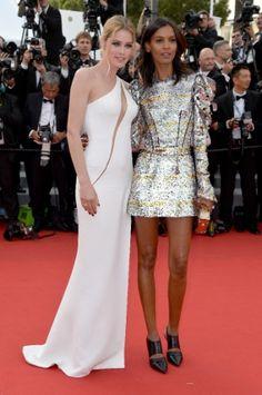 13.mai.15 - As supermodelos Doutzen Kroes e Liya Kebede apostaram na sensualidade, no primeiro dia de Cannes. A primeira em um longo com transparência e fenda da marca Versace e a segunda com um curto metalizado da Louis Vuitton
