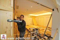 Die Umbauarbeiten schreiten voran - die Wände werden mit Holz verkleidet