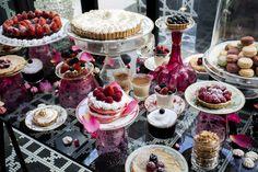 Cristina Oria.  Jugando sobre una mesa de cristal con las diferentes alturas, las cristalerías rosas, los pétalos y los adornos de fresa de cada postre, el resultado es una collage de ensueño que pocos olvidarán.