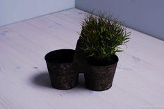 Solidny metalowy kwietnik w kolorze ciemnozielonym. Osłonki na kwiaty są w prostym i surowym stylu. Ich faktura jest nieregularna i chropowata. Piękna ozdoba ogrodu i tarasu.