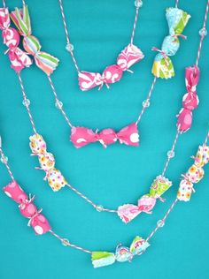 Cute candy garland idea for Willy Wonka Party Check out the website for Pink Christmas, Christmas Crafts, Christmas Decorations, Christmas Fabric, Party Garland, Diy Garland, Garland Ideas, Candy Theme, Candy Party