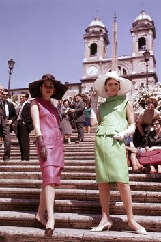Two models in shift dresses, oversized hats, and gloves on the steps of the Piazza di Spagna in Rome. Retro Fashion 60s, 60s Fashion Trends, Mod Fashion, Vintage Fashion, Womens Fashion, Vintage Style, Retro Style, Vintage Colors, Cheap Fashion