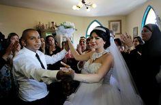 Israel: Gemeinsam mit seiner Braut tanzte der 26-Jährige den Eröffnungstanz, während draußen radikale Demonstranten protestierten.