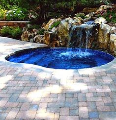 Cascada con rocas artificiales piscinas pinterest for Piscina 4x4