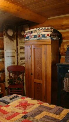 Bedroom of rustic cabin cottage or lodge Primitive Homes, Primitive Bedroom, Primitive Furniture, Primitive Antiques, Primitive Decor, Primitive Pillows, Country Furniture, Primitive Kitchen, Prim Decor
