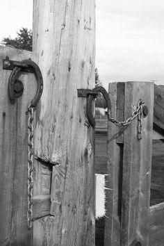 Neat idea to use horseshoes as a gate latch. Dream Stables, Dream Barn, Horse Stables, Horse Barns, Horse Paddock, Horse Barn Plans, Horse Fencing, Horse Tack, Horseshoe Crafts