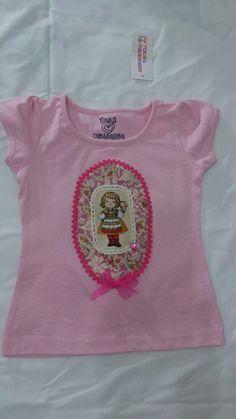 Camiseta en tono rosa con una muñeca