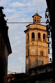 TipicitTà. Campanile della chiesa di San Giacomo Maggiore a #Gavi. Gli #amaretti, di cui si legge nell'insegna, sono uno dei prodotti tipici (e buonissimi) del paese.