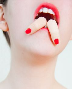 Olivia locher, another day on earth 2011 - Bouche - Doigt