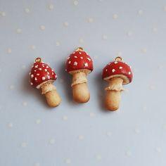 Der Fliegenpilz Pilz - auch bekannt als Amanita Muscaria - ist eine Art von Pilz, der extrem giftig ist. Zur Seite sind ihrer Giftigkeit Fliegenpilz-Pilze auch ziemlich Halluzinogene. Dieser Anhänger war Handarbeit mit Fimo, so dass jedes Stück einzigartig sein wird! Kommt mit einer Kette.   Maße: 1 X.6 in; 2,6 x 1,5 cm