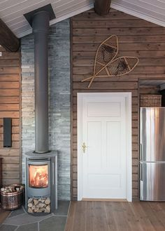 Nice wood stove that takes up little space Cabin Homes, Log Homes, Mini Chalet, Cottage Design, House Design, Cabin Fireplace, Cosy Home, Cabin Interiors, Cabins And Cottages
