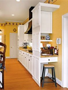 While including a home office is a definite trend today, not all kitchens are spacious enough for such an area. Here's a clever solution. A hidden nook houses a small desk, phone, and cabinet behind a false front of cabinets. (Photo: Photo: Laurey W. Kitchen Desk Areas, Kitchen Desks, Kitchen Office, Kitchen Redo, Kitchen Remodel, Kitchen Modern, Mini Kitchen, Small Home Offices, Small Office