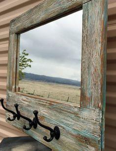 Hola y gracias por visitarnos. Este hermoso espejo está enmarcada por algunos realmente genial buscando madera de granero. Me lijado y pintado de la madera para emparejar mi Perchero náutica. Luego añadí tres ganchos de estilo vintage para darle la gran función. Añadir a tu forma de