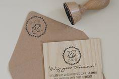 Uitnodiging voor bruiloft op hout met bijpassende envelop van kraft papier - www.dualler.nl