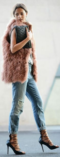 How about feeling pink! Add a colorful fur vest to your fall wardrobe. Accessorize with a black clutch, pointy lace up pumps, and a pair of ripped jeans, you will be the street stylish fashionista. Fashion Blogger Style, Look Fashion, Street Fashion, Fashion Trends, Fashion Bloggers, Fashion Tips, Looks Jeans, Estilo Blogger, Mode Top