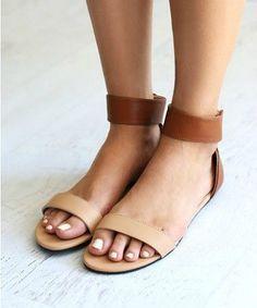 Sandalen geven je een instant zomers gevoel. Het maakt niet uit dat het geen dertig graden is, zolang jij je vrolijk gelakte teennageltjes kunt laten zien voel je je vrolijk en vrij. Daarom hebben we de mooiste exemplaren verzameld. Daar wordt je toch happy van.