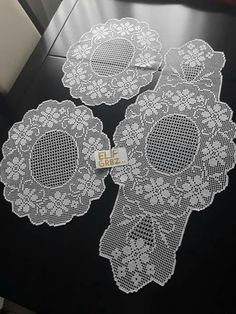 This Pin was discovered by Ays Crochet Table Runner Pattern, Crochet Lace Edging, Crochet Tablecloth, Crochet Art, Filet Crochet, Crochet Doilies, Lace Table Runners, Knitted Blankets, Baby Knitting Patterns