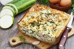 This cheesy quiche is originally for a family brunch, but you'll want to eat it any time of the day! Quiche Veggie, Beignets, Greek Spinach Pie, Vegetarian Recepies, Cooking Recipes, Healthy Recipes, Healthy Food, Healthy Eating, Quiche Recipes