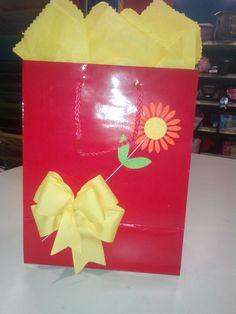 Bolsa roja con lazo amarillo