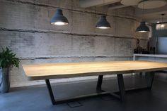Massief eiken boomstam tafel als werktafel op kantoor