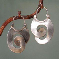Серебро известно людям с древнейших времен. Уже древние египтяне изготавливали ювелирные украшения из этого металла. Тогда оно встречалось реже золота, а потому ценилось гораздо больше. Первые серебряные рудники основали финикийцы еще до нашей эры в Испании, на Корсике и Кипре. Ювелирное серебро было ценным товаром, который доставляли издалека и продавали по баснословным ценам.