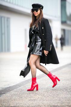 #militarycoat #sweat #vinyl #vinyle #vinylskirt #noeud #fishnet #rocknroll #redshoes #redalert #redboots #fashion #fashiontrends #fashioninspiration #fashionblogger #fashionstyle #parisblogger #blogparis #trendyholyblog #sixties