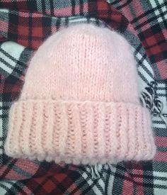 Tämän vuoden hitti on ollut muhkea, pörröinen talvipipo. Lähes kaikilta muotimerkeiltä löytyy talven mallistoistaan omat jättipiponsa. M... Beanie Knitting Patterns Free, Beanie Pattern, Crochet Chart, Diy Crochet, Loom Patterns, Crochet Patterns, Hobbies And Crafts, Knitting Needles, Handicraft