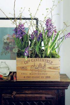 flower decor using wooden boxes 新生活が始まる春!一人暮らしを始める方も多いのではないでしょうか?ワンルームで狭くても自分らしいインテリアを楽しみたいものですよね。そんな時お手本にしたいのが夢溢れるおしゃれな海外インテリア♪そこで今回は、一人暮らし・ワンルームでの暮らしにおすすめのインテリアアイデアを海外サイトからピックアップしてご紹介します!今すぐ真似したくなるような素敵なアイディアがいっぱいですよ♪