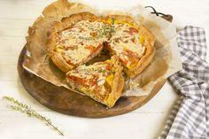 """El """"Pastel de puerro, tomate y jamón"""" es una tarta salada prima hermana de las empanadas que resultan ideales para cenas, para llevar al campo o a la playa o simplemente como entrante en una comida de verano. Un modo estupendo de que los más pequeños de la casa coman verduras sin notarlo y lo …"""