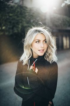 30 Pictures of Julianne Hough with Beautiful Short Hair - Hair & Beauty Medium Hair Styles, Short Hair Styles, Hair Medium, Platinum Blonde Hair Color, Blonde Lob Hair, Balayage Hair, Blonde Color, Medium Length Blonde Hairstyles, Medium Length Hair Blonde