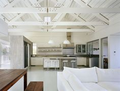 Exposed beams Modern country kitchen and living room Exposed Trusses, Roof Trusses, Exposed Wood, Home Interior, Interior Architecture, Interior Design, Country Interior, Interior Modern, Kitchen Interior