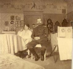 Grand Duchess Maria Nikolaevna e seu pai o Tsar Nicholas II (Nicolau II) num dos quartos do Alexander Palace em Tsarskoye Selo em 1917 ♥