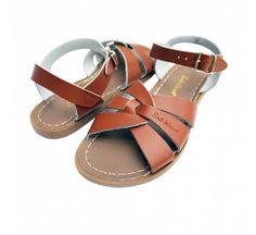 SaltWater Originals sandaalien tunnusmerkit ovat päälliosan punottu nahka ja tikattu tasainen kumipohja. Tässäkin mallissa, kuten kaikissa Salt Water-sandaaleissa, on ruostesuojattu solki ja niitä voi käyttää vedessä ja vesipestä. Solkikiinnitys nilkan kohdalla. Täydelliset sandaalit aurinkoon, kesään ja rannalle.