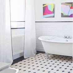 Le style Art déco apporte classe et originalité à la salle de bains. Découvrez nos 5 conseils pour adopter le style Art Déco dans votre salle de bains. Clawfoot Bathtub, Glamour, Bathroom, Orb Light Fixture, Wall Lamp Shades, Beveled Mirror, Geometric Wallpaper, Washroom, Full Bath