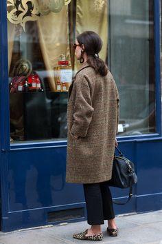 フランスの街角でよく目にするのが、ウインドウショッピングをする人。もちろん、日本でも皆さんウインドウ・ショッピングを楽しんでいると思いますが、ことフランスでは、それこそジーっと集中して窓と対峙するように眺めている女性をよく見かけます。そうして、トータルコーディネートを学んでいるのかな? 欲しいアイテムが明確になるのかもしれません。