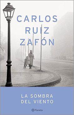 La sombra del viento es la novela que convirtió a Carlos Ruiz Zafón (1964, Barcelona) en un autor de éxito, tras su primera edición en el año 2001. Posteriormente las reediciones han sido co...