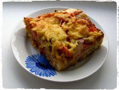 Простой рецепт домашней пиццы на дрожжевом тесте. Делается из ингредиентов, которые всегда находятся под рукой и варьируются в зависимости от желаний. Такая пицца придется по вкусу всем членам семьи.