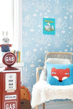 Vacker non-woven tapet från svenska Majvillan. Lätt att tapetsera - Limma direkt på väggen. Tapeten är designad av Charlotta Sandberg. Producerad i Sverige. Miljövänlig. 0,53x10,05 m. Rapportstl 53x53 cm, rak mönsterpassning. <br><br>