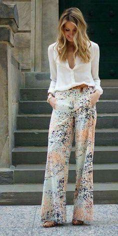 Pantalón de flores acampanado, blusa blanca